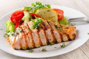 El bajo consumo de pescado graso debe ser compensado con suplementación de Omega 3 con alta concentración de DHA.